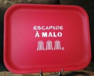 """PLATEAU """"ESCAPADE A MALO"""" GRENADINE"""